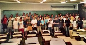 Ingressantes da turma de Engenharia de Computação de 2003:a filha de Ângela, Raquel, está no centro da foto, ao fundo, de camiseta branca – Foto: Divulgação/ICMC-USP