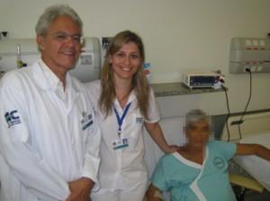 Figura 4- Enfermeira Fabiana Murad Rossin entre o Prof.Orlando e o 100° paciente transplantado
