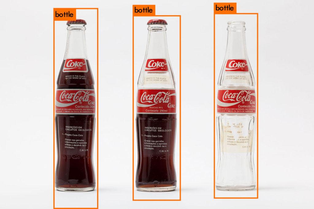 """""""Inserções em Circuitos Ideológicos: Projeto Coca-Cola"""" (1970), de Cildo Meireles, lida pela Inteligência Artificial DarkNet Yolo."""