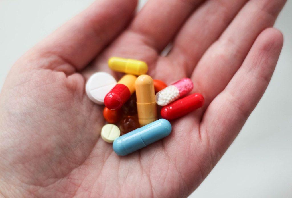 Docente da FCFRP destaca riscos da automedicação