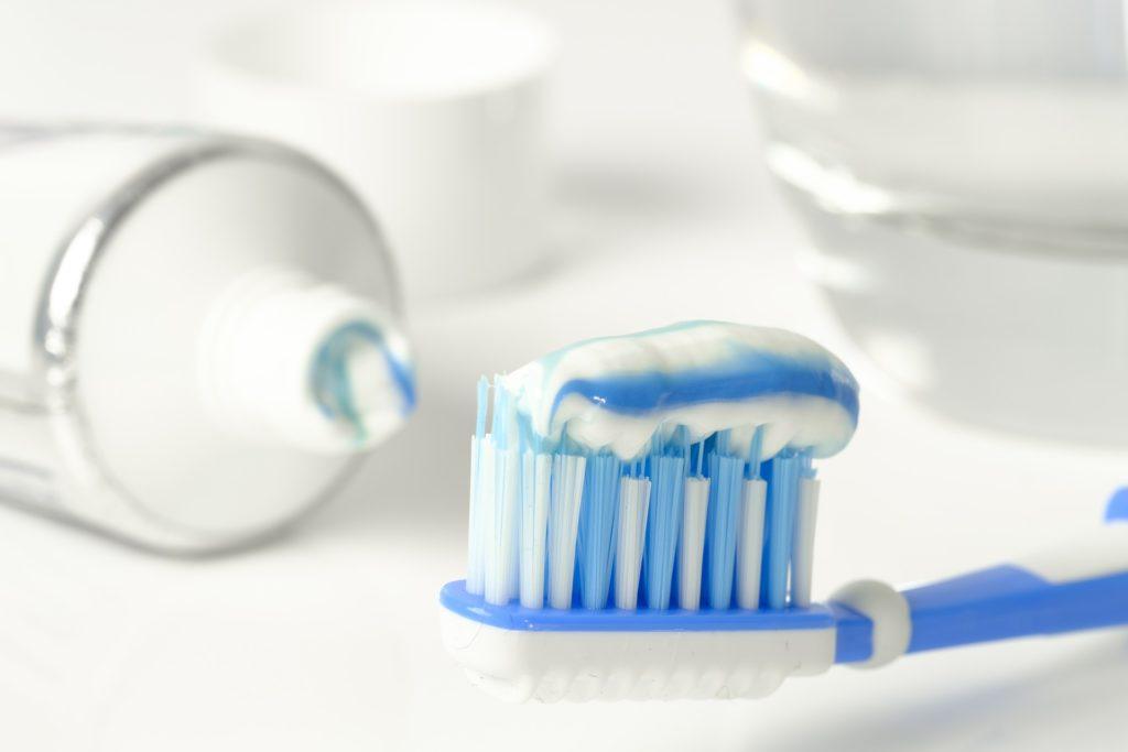 Higiene bucal eficiente exige cuidado com limpeza da escova