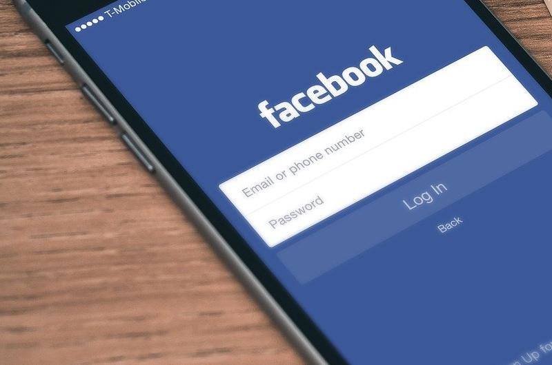 Teorias QAnon ganham espaço em grupos antivacina no Facebook