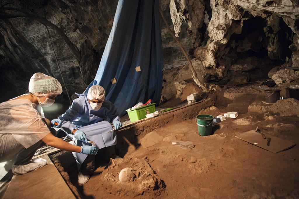 Pesquisadores Dr. Andersen Lyrio e Me. Eliane Chim em coleta de Paleoparasitologia - Lapa do Santo