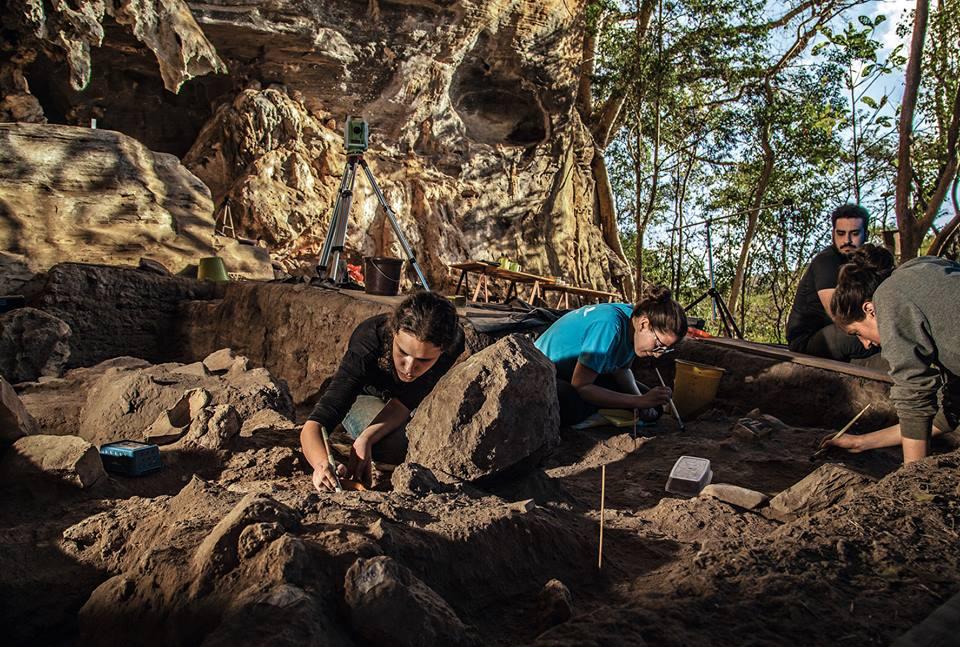 Alunos em Escavação - Lapa do Santo