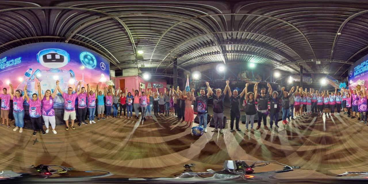 Foto 360 graus com a equipe levantando os braços